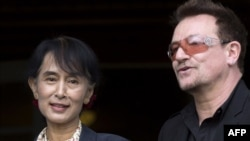 Нобелевский лауреат Аун Сан Су Чжи и солист U2 Боно