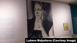 Портрет Ольги Сахаровой на выставке в Жироне
