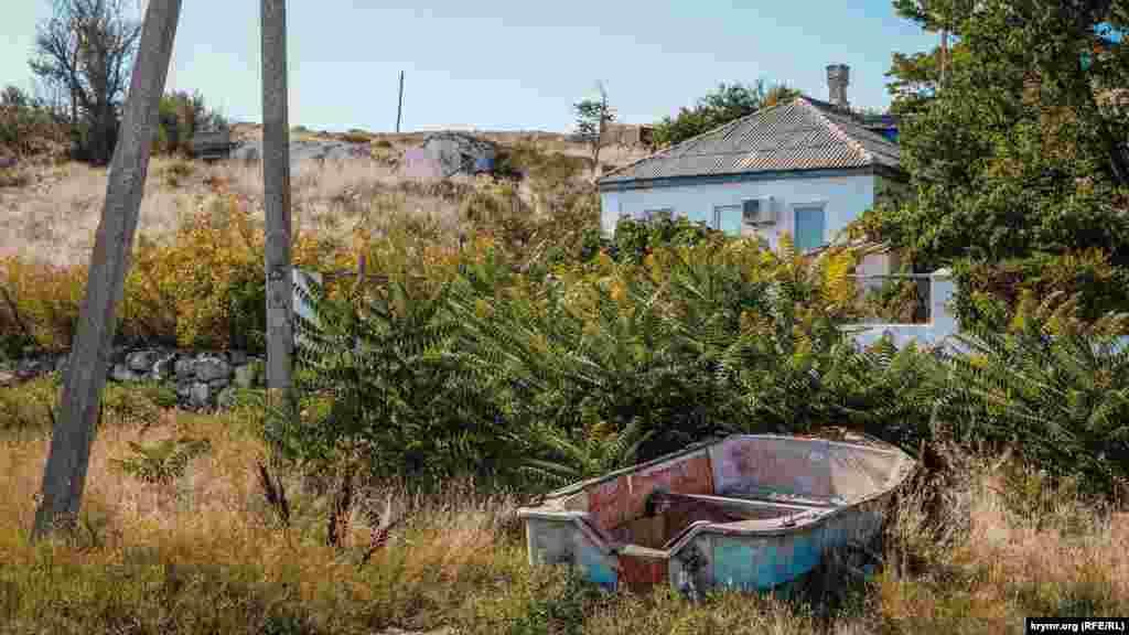В конце девяностых в селе стали принимать все больше отдыхающих. Ветхие лодки возле домов напоминают о том, что раньше селяне занимались рыбным промыслом