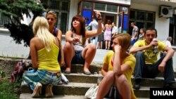 Студенты под приемной комиссией в Донецке, фото 2008 года