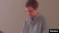 Шереметьево аэропортида қолаётган Эдвард Сноуден Россиядан вақтинча бошпана излаётгани маълум қилди.