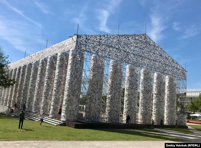 Парфенон из 100 000 книг