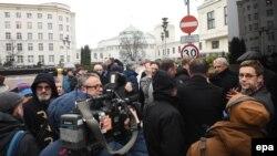 Польские журналисты перед зданием Сейма
