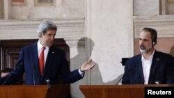 АҚШ мемлекеттік хатшысы Джон Керри (сол жақта) мен Сирия ұлттық оппозициялық коалициясының жетекшісі Муаз әл-Хатиб. Рим, 28 ақпан 2013 жыл.