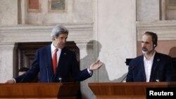 Госсекретарь США Джон Керри (слева) и лидер Национальной коалиции Сирии Муаз Хатиб на пресс-конференции в Риме, 28 февраля 2013 года.