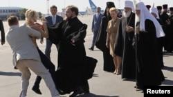 """Акция FEMEN в аэропорту """"Борисполь"""" - по прибытии Патриарха Кирилла"""