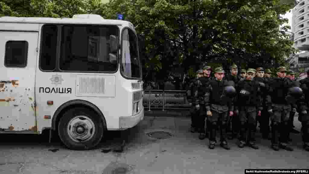 «Медитували» поруч із активістами й нацгвардійці. До слова, нині до забезпечення правопорядку в столиці залучено майже 2000 правоохоронців