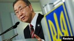 Arxiv foto: BMT-nin Baş katibi Ban Ki-moon keçən ay - martın 21-də Kiyevə səfəri zamanı mətbuat konfransında.