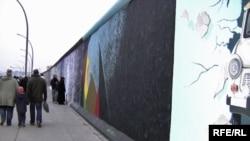 Макет Берлинской стены в полный размер, по случаю 20-и летия ее сноса, Берлин, 9 ноября 2009 год