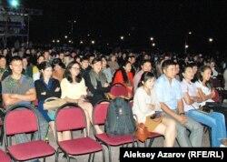 """Зрители на """"Параде оркестров"""" . Алматы, 6 сентября 2012 года."""