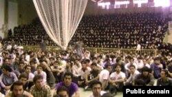 دانشجویان از شنبه شب در اعتراض آنچه که «رسوايی اخلاقی» معاون دانشجویی اين دانشگاه خوانده اند، دست به تجمع زده اند. (عکس: خبرنامه امیر کبیر)