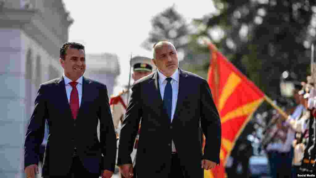 СЕВЕРНА МАКЕДОНИЈА - Премиерот Зоран Заев денеска изјави дека Софија не бара промена на уставот и дека сметам оти нема потреба од промена на договорот со Бугарија. Вели дека е оптимист дека ќе се решат проблемите помеѓу Македонија и Бугарија и додаде дека нема потреба од лидерска средба, затоа што тоа може да му одмогне на процесот.