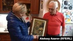 Леонтин Креницкий с супругой Валентиной показывают икону, вывезенную в Казахстан из Украины и закопанную на несколько лет в землю, чтобы ее не конфисковали ходившие по домам активисты. Алматы, 21 апреля 2016 года.