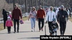 Людзі ідуць адпачываць на Менскае мора ў нядзелю, 5 красавіка 2020