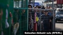 Қырғызстаннан шығып, Қазақстанға өту үшін кезекте тұрған адамдар. 12 қазан 2017 жыл.