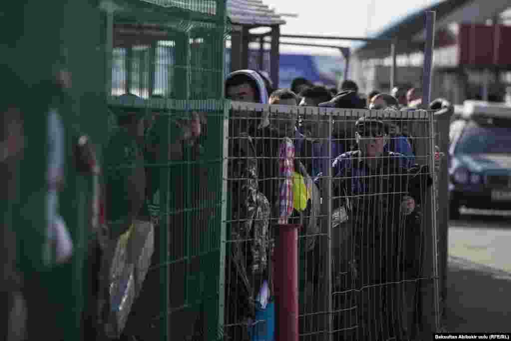 Президент Кыргызстана Алмазбек Атамбаев 15 октября сказал, что, если ситуация на границе после завершения выборов не изменится, он может созвать внеочередное заседание Евразийского экономического союза (ЕАЭС).