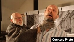 """Ян Шванкмайер (слева) на съемках фильма """"Пережить самого себя"""""""