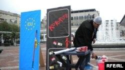 Performans MANS-a o antikorupciji i putu ka EU, Podgorica, decembar 2009, foto: Predrag Tomović