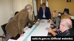 Глава администрации Сак Андрей Ивкин над планом набережной города