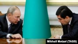 Президенты России и Туркменистана Владимир Путин и Гурбангулы Бердымухамедов. Ашхабад, 2 октября 2017 года.