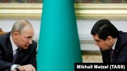 Президент России Владимир Путин и президент Туркменистана Гурбангулы Бердымухамедов (справа). Ашгабат, 2 октября 2017 года.