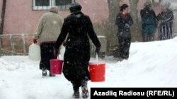 Решение проблем с водой во время снегопада в Баку, 10 февраля 2011