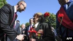 Прем'єр-міністр Арсеній Яценюк спілкується з жінкою-ветераном Другої світової війни, 9 травня 2014 року