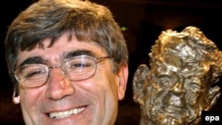 Germany -- Turkish-Armenian journalist Hrant Dink holds the 'Henri Nannen Prize 2006' award in Hamburg, 12May2006