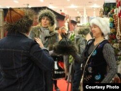 """Эл аралык """"Import Shop Berlin"""" жарманке-көргөзмөсүндө кыргызстандык чебер Мээр Кошоева өзү жасаган буюмдарын кардарларга көрсөтүүдө. Берлин, 11-ноябрь 2011"""