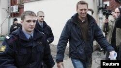Алексей Навальный в сопровождении полицейского