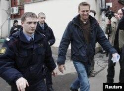 Блогер Алексей Навальный идет в суд, на слушание по своему делу. Москва, 7 декабря 2011 года.