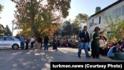 Ашхабад шаарындагы Өзбекстандын элчилигинин алдында кезек күткөндөр.