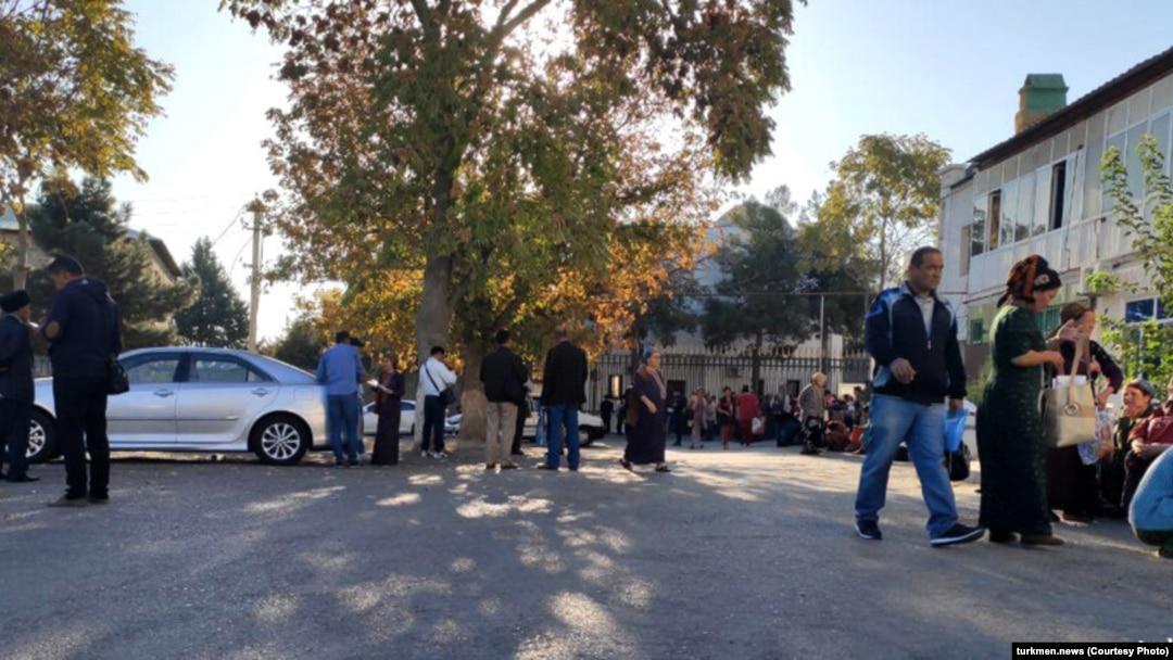Desperate Times: Turkmen Turn To Uzbekistan To Stem Major Cash Shortage