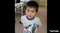 Мальчик, разыскивающий своих родителей. Скриншот с видео из Youtube.
