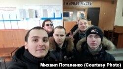 Сторонники оппозиционера Навального в отделении полиции в городе Комсомольск-на-Амуре
