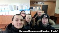 Сторонники российского оппозиционера Навального в отделении полиции в Комсомольск-на-Амуре