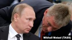 Russiýanyň prezidenti Wladimir Putin (çepde) öz metbugat wekili Dmitriý Peskow bilen gürleşýär. 24-nji iýun, 2016 ý.