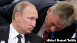 Владимир Путин (слева) и Дмитрий Песков