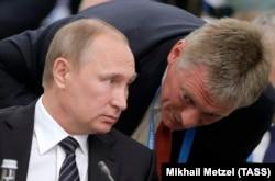 Пресс-секретарь президента РФ Дмитрий Песков (справа)
