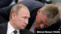 Президент России Владимир Путин (слева) и его пресс-секретарь Дмитрий Песков.