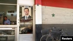 تصویر بشار اسد روی در ورودی یک مغازه قصابی
