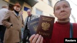 Симферополдогу Украина менен Орусиянын паспортун кармаган аял. 7-апрель, 2014-жыл.