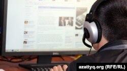 Онлайн мәтін оқып отырған қазақстандық интернет қолданушы. Көрнекі сурет