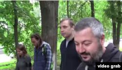 Олег Новиков (справа) и Михаил Косенко покидают психиатрическую больницу