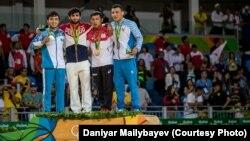 Чемпион Олимпиады российский дзюдоист Беслан Мудранов (второй слева) и серебряный призер казахстанец Елдос Сметов (слева) на пьедестале. Рио, 6 августа 2016 года.