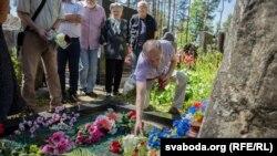 Уладзімер Някляеў кладзе кветкі на магілу Васіля Быкава