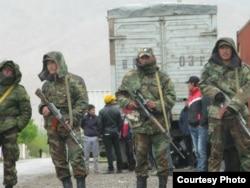 Кыргызские пограничники на кыргызско-таджикской границе.