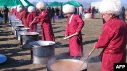 Мужчины в туркменской национальной одежде готовят традиционное блюдо к празднику Наурыз. Ашгабат, 22 марта 2012 года.
