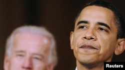 Президент США Барак Обама (справа) и вице-президент Джо Байдэн делают зааявление после принятия Палатой представителей Конгресса США программы реформы здравоохранения, Вашингтон, 21 марта 2010 года
