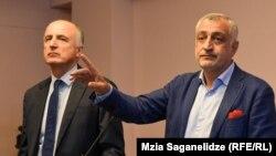 Мамукка Хазарадзе (справа) и Бадри Джапаридзе на брифинге в Тбилиси. 27 августа 2019 г.